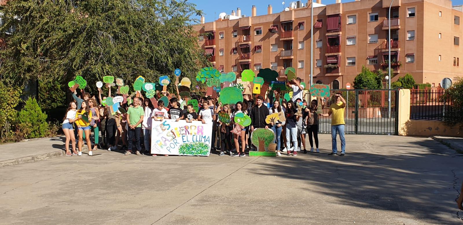 Concentración de alumnos y profesores en el patio del instituto